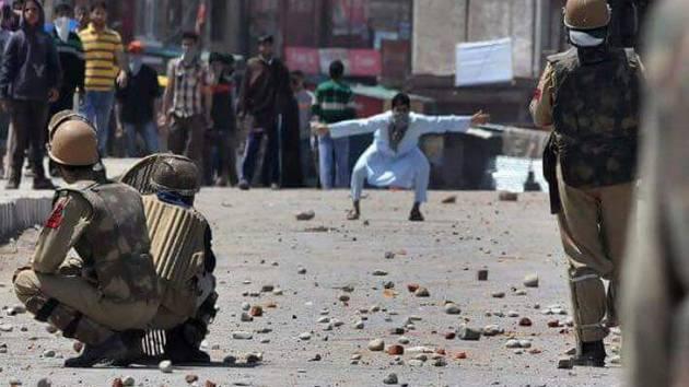 नहीं थमा बवाल, कश्मीर में सेना तैनात