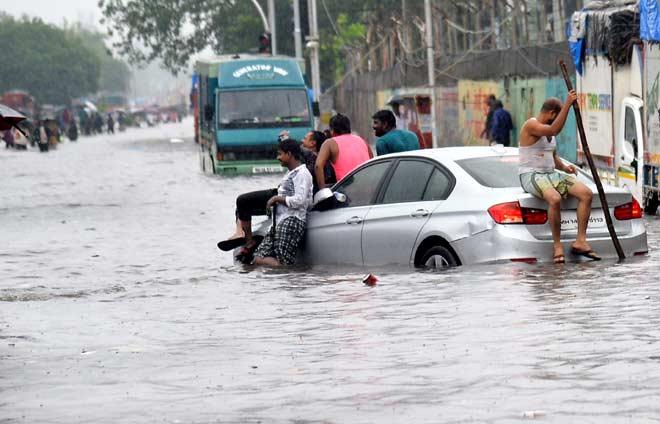 मुंबई में मूसलधार बारिश का कहर, मरने ...