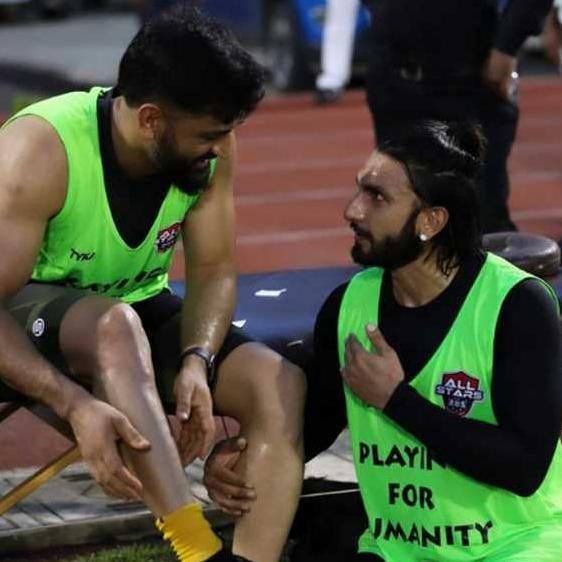 रणवीर सिंह ने धोनी संग खेला फुटबॉल मैच, तस्वीर शेयर कर बोले- बड़े भाई के चरणों में हमेशा...