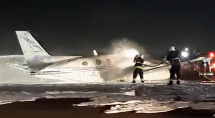 Video : टेकऑफ के दौरान नागपुर से हैदराबाद जा रही एयर एंबुलेंस का पहिया निकला, मुंबई एयरपोर्ट पर इमरजेंसी लैंडिंग