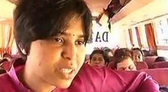 तृप्ति देसाई ने युवक को चप्पलों से पीटा