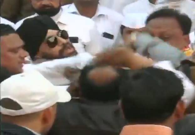 गणतंत्र दिवस समारोह में दो कांग्रेस नेताओं में मारपीट, सोशल मीडिया पर वायरल हुआ वीडियो