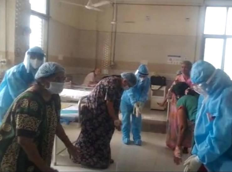 गुजरात में अस्पताल के Corona वार्ड में गरबा
