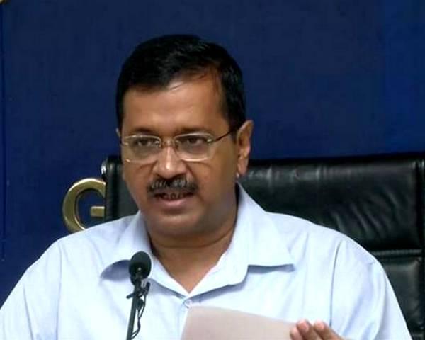 मंच से गिरे केजरीवाल, दिल्ली की नाबालिग रेप पीड़िता के परिजनों से मिलने पहुंचे थे दिल्ली के CM