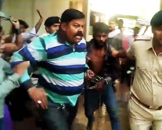 मासूम के बलात्कारी को वकीलों ने जमकर धुना (वीडियो)