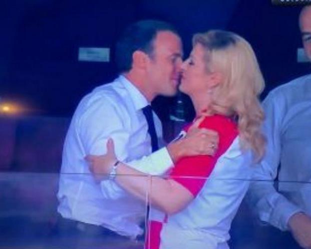 विजेता बनते ही फ्रांस के राष्ट्रपति झूमे, क्रोएशिया की राष्ट्रपति ने गले लगाया