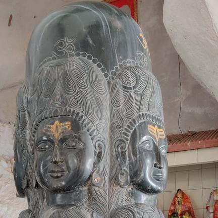 पांडु पहाड़ी पर गुफा मंदिर के भीतर स्थित शिवलिंग पर शिव के 12 मुख