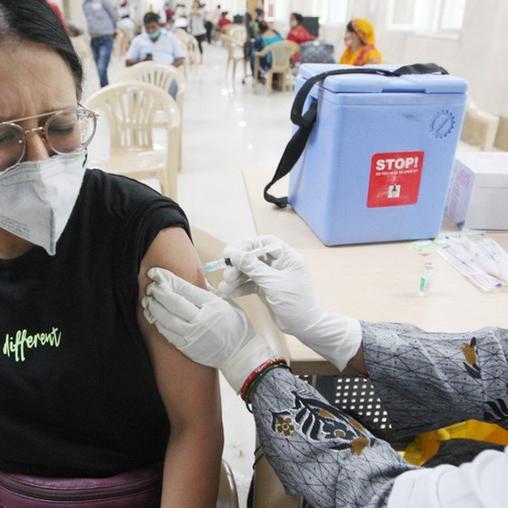 कोविड वैक्सीन के बाद महिलाएं क्यों आईं 'टेंशन' में, क्या कहती है यह नई रिपोर्ट