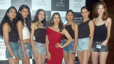 लक्मे फैशन वीक ऑडिशन : मॉडल्स के साथ सोफी चौधरी
