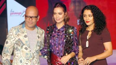 मॉडल्स के साथ फैशन शो में ईशा गुप्ता