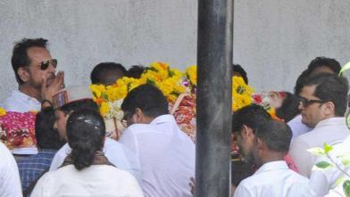 रीमा लागू के अंतिम संस्कार में पहुंचे ये कलाकार