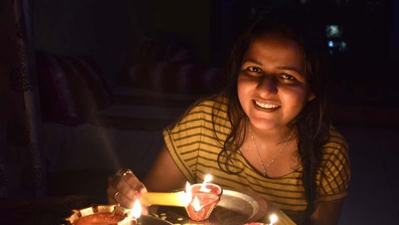 CoronaVirus: करोड़ों भारतीयों ने दीये, मोमबत्ती, मोबाइल फोन की फ्लैशलाइट जलाई