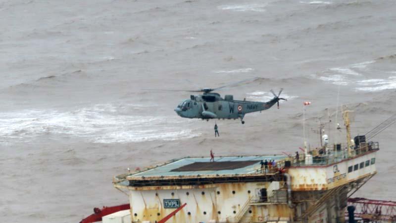 Cyclone Tauktae: चक्रवात 'ताउते' में फंसे लोगों को भारतीय नौसेना ने बचाया