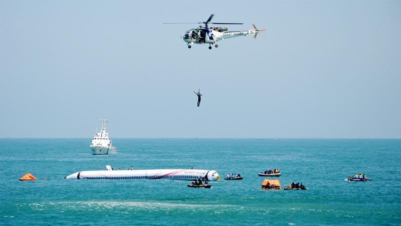 नौसेना और तटरक्षक बल ने दिखाया समुद्र में जौहर