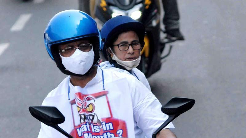 ममता बनर्जी ने महापौर के साथ की ई-स्कूटर की सवारी