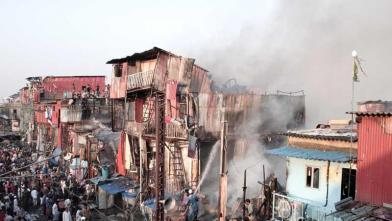 मुंबई के बांद्रा स्टेशन के बाहर लगी भीषण आग