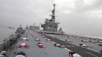 नौसेना के जवानों ने किया INS विराट पर योग