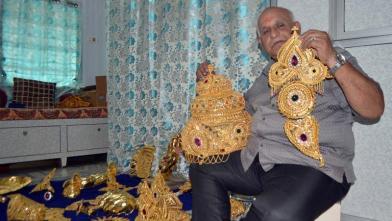 गणेश मूर्तियों के लिए सोने के आभूषण तैयार