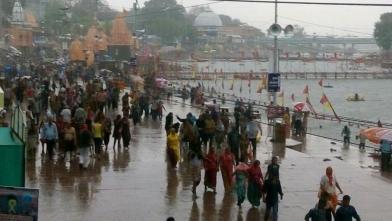 उज्जैन में बारिश, श्रद्धालुओं की मुश्किल