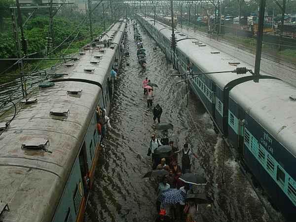 rain, train , trivandrum,cyclone,weather,death,kerala,tamil nadu,missing,മഴ, തിരുവനന്തപുരം,ചുഴലിക്കാറ്റ്,  തീവണ്ടി , കാലാവസ്ഥ,കേരളം,തമിഴ്നാട്,മരണം