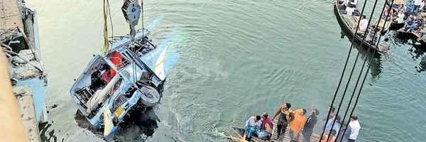 bus , accident , Murshidabad , death , ബസ് , അപകടം , മരണം , കനാല്