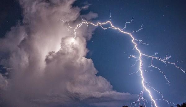 man killed , lightning , Chennai , mobile , suresh , എച്ച് എം സുരേഷ് , മിന്നലേറ്റ് മരിച്ചു , മൊബൈൽ ഫോണ്