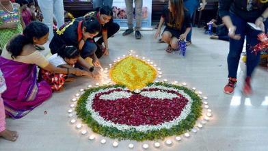 അന്ധരായ കുട്ടികള് മുംബൈയിലെ കമല മേത്ത അന്ധവിദ്യാലയത്തില് ദീപാവലി ആഘോഷിക്കുന്നു